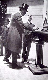 Carlos pellegrini presidente entre 1890 1892 vota en un atrio de