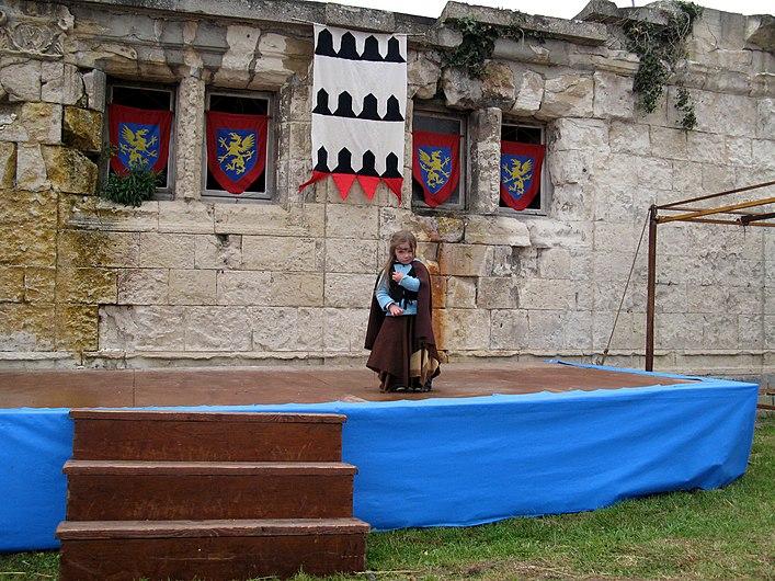 Picquigny fête médiévale 2008 - cour d'honneur (enfant seule sur estrade) 1.jpg