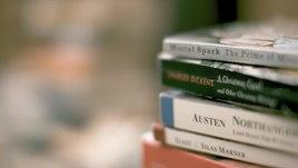 Файл: Груда романов в мягкой обложке (Источник) .webm