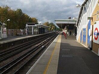 Pinner tube station - Image: Pinner station look west