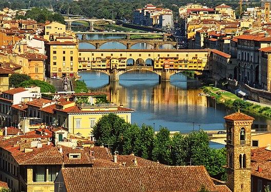 Ponte vecchio, e parte del Corridoio Vasariano (sulla destra).jpg