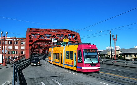 Car 021, the first production-series United Streetcar vehicle, crossing the Broadway Bridge on the CL Line. Portland Streetcar car 021 at west end of Broadway Bridge.jpg