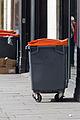 Poubelle d'extérieur à couvercle orange à Rennes.jpg