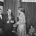 Prinses Beatrix opent antiekbeurs te Delft Prinses Beatrix en dhr J Schulman, Bestanddeelnr 915-2991.jpg