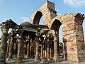 Quwwat ul-Islam mosque Mihrab arcade behind the decorative screen (6196917123).jpg