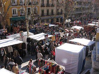 El Rastro - Typical picture of Ribera de Curtidores, main street of el Rastro de Madrid. January 2005
