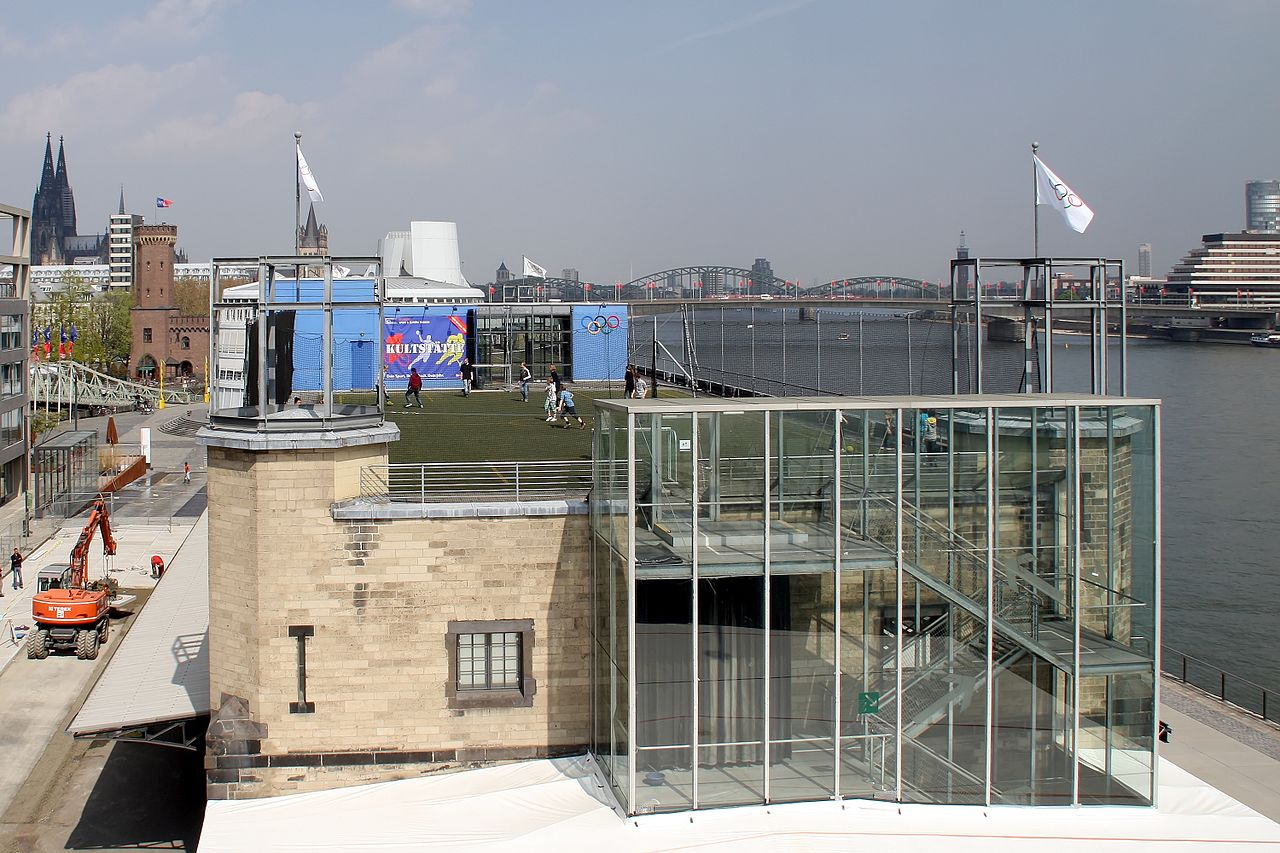 file rheinauhafen sport und olympiamuseum sportplatz auf dem dach 8731 jpg wikimedia