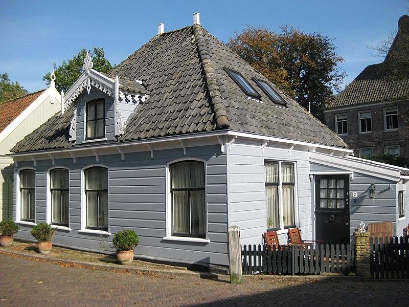Eenvoudig houten huisje met schilddak in broek in waterland monument - Interieur houten huisje ...