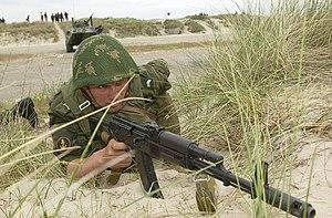 Żołnierz rosyjskiej piechoty morskiej z karabinem AK-74S
