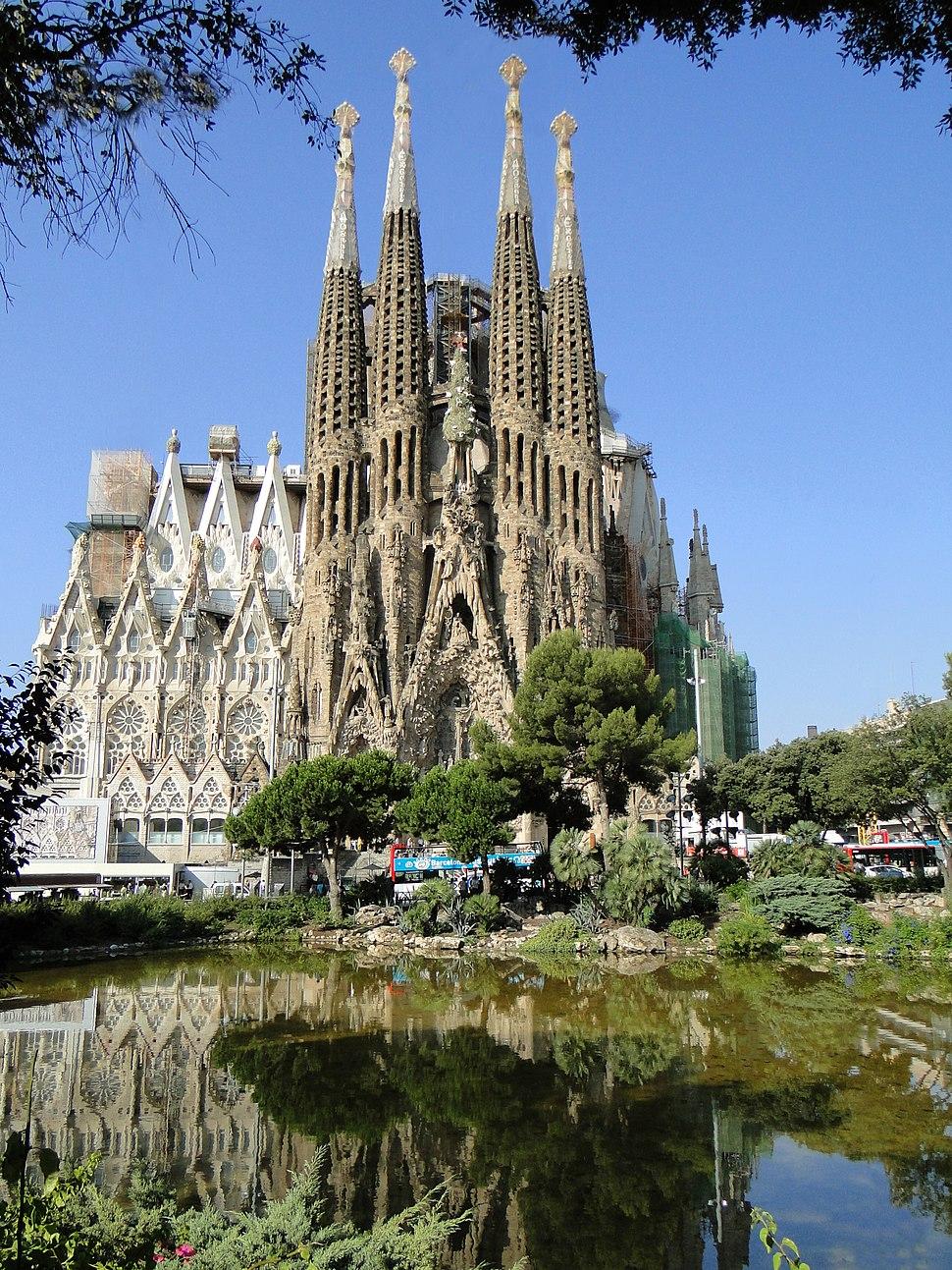 Sagrada Fam%C3%ADlia, Pla%C3%A7a de Gaud%C3%AD, Barcelona - panoramio (1)