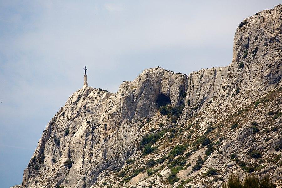 Croix de Provence et à sa droite dans le pente, le Garagaï qui relie la face sud à la nord