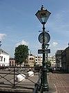 foto van Verspreid langs de walkanten van de Lange en Korte Haven en aan de Nieuwe Sluisstraat een reeks decoratieve ijzeren gaslantaarns, thans ingericht voor natriumlicht, zonder dat het oude aspect is aangetast