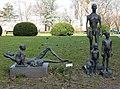 Skulptur Lützowplatz (Tierg) Stehende und liegende Gruppe Sabina Grzimek 1980 85.jpg
