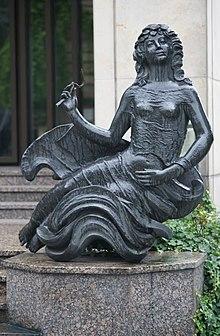 Bauer-Haderlein schuf die vor der Landeszentralbank in Bamberg errichtete Skulptur der Undine, der Titelfigur in E.T.A. Hoffmanns Oper (Quelle: Wikimedia)