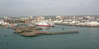 Royal Pier, Southampton - The Royal pier in 2007, showing its proximity to the current Red Funnel terminal. The pier's intact gatehouse can be seen to the far left of the image, in use as a restaurant.