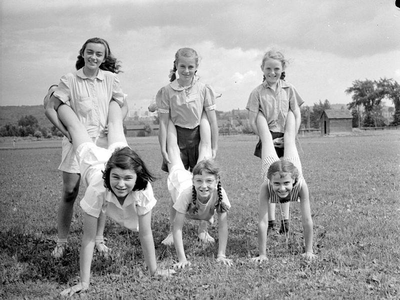 File:Sport. Mount Royal Field Day - Wheelbarrow Race Girls Under 12 Winners BAnQ P48S1P11082.jpg