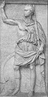 Een monochrome reliëfstele die een man voorstelt in klassieke Griekse kleding die één arm opheft