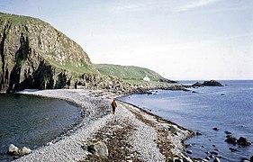 Storm beach connecting Garbh Eilean and Eilean an Tigh - geograph.org.uk - 599496