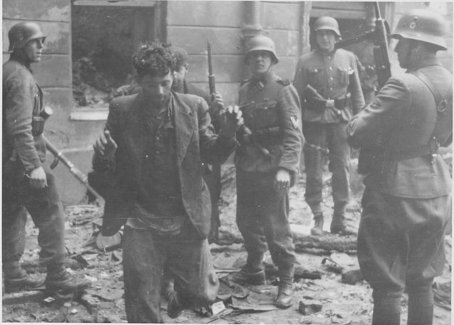Insurrection du ghetto de Varsovie : Capture d'un résistant juif par des soldats nazis.
