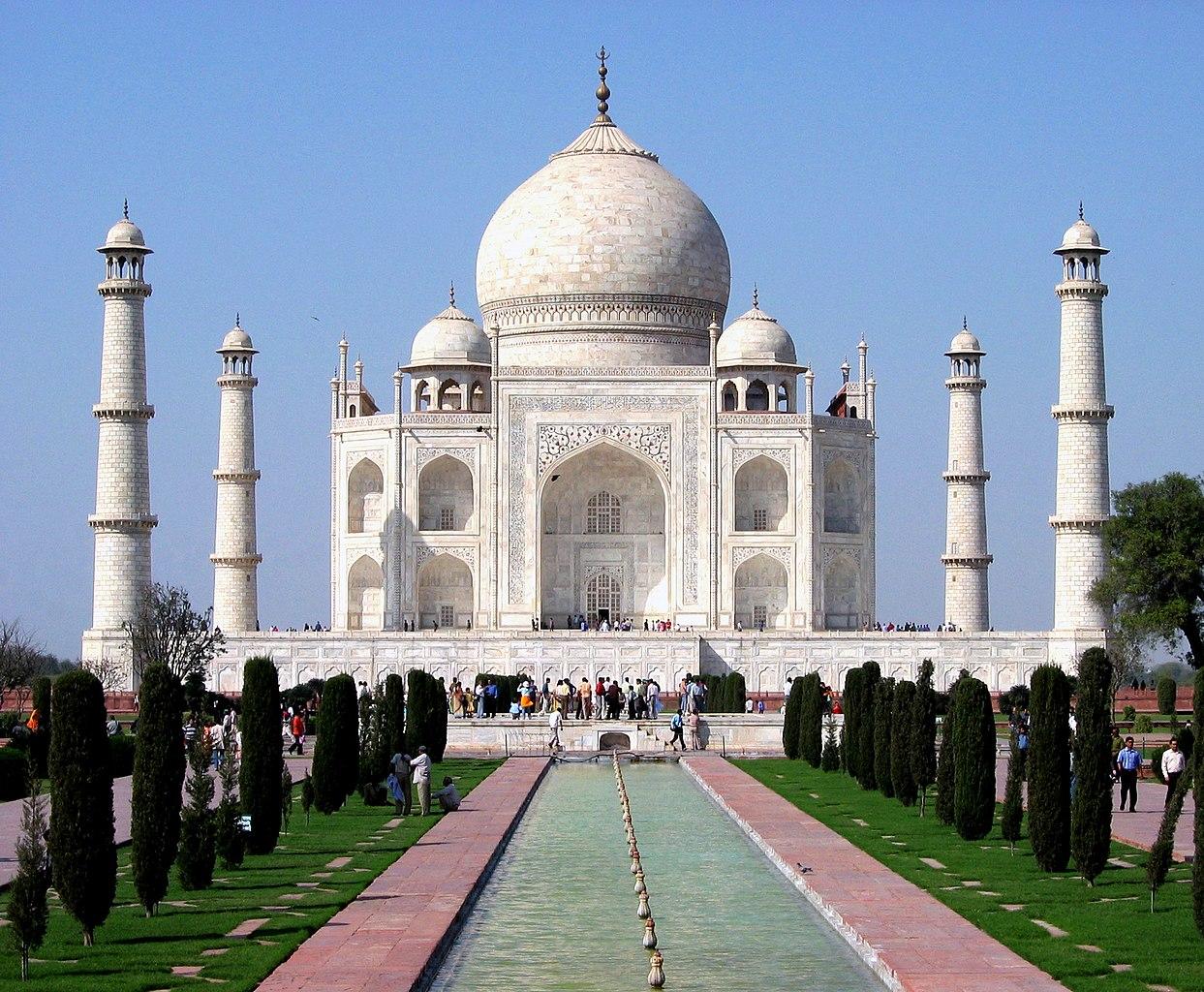 Taj Mahal di Agra. Shah Jahan membangunnya sebagai mausoleum untuk mengenang istrinya, Mumtaz Mahal. UNESCO memasukkannya ke dalam daftar Situs Warisan Dunia.