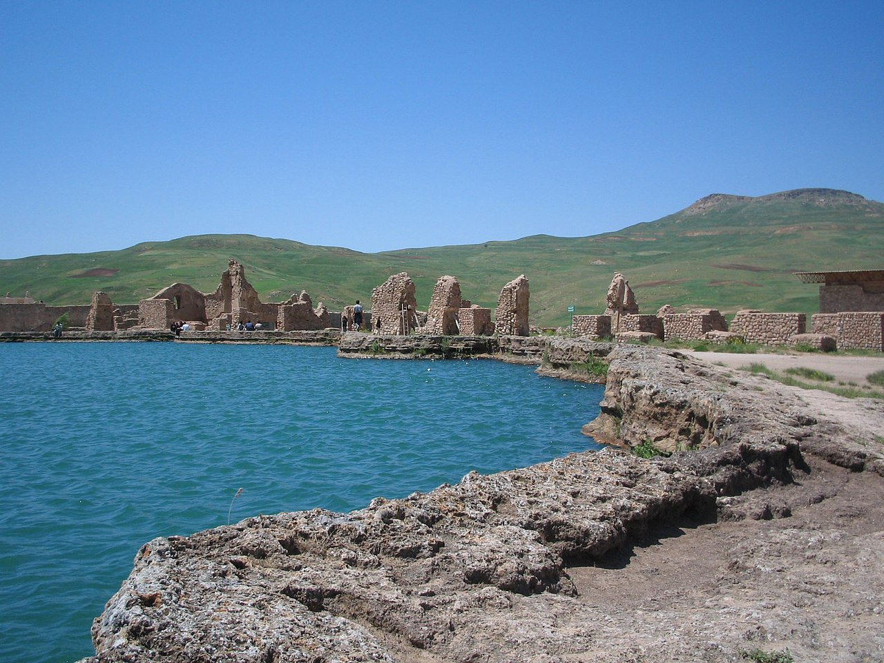 تخت سلیمان بزرگترین مرکز آموزشی، مذهبی، اجتماعی و عبادتگاه ایرانیان در قبل از اسلام بهشمار میرفت