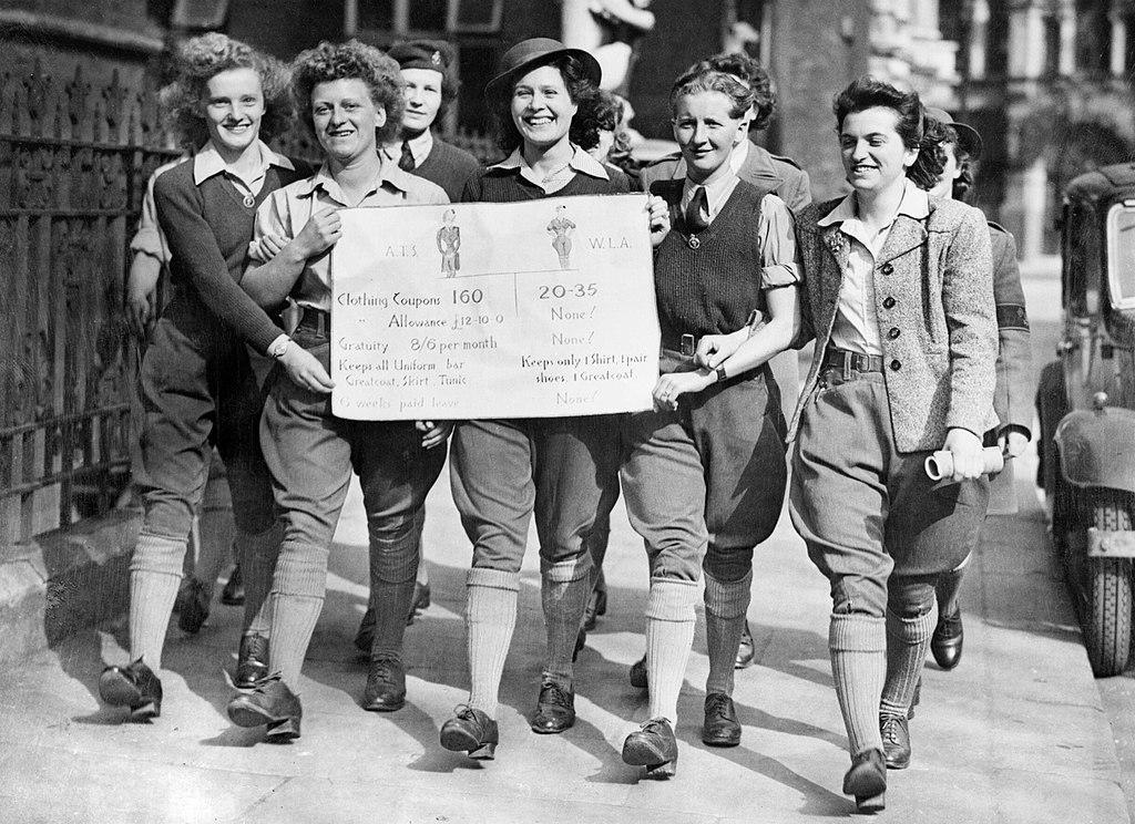 The Women's Land Army in Britain during the Second World War. Photo credit: Ministry of Information Second World War Press Agency Print Collection/Wikimedia Commons [Public Domain].