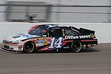 Il pilota NASCAR Tony Stewart sulla Las Vegas Motor Speedway durante la gara del 2012.