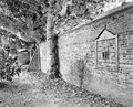Tuinmuur met houten nis afbakening met gevelsteen - Sambeek - 20340900 - RCE.jpg
