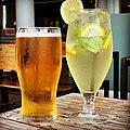 Un verre de bière Phenix et un morito à Port Louis (Maurice).jpg