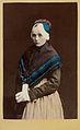 Ung kvinna iklädd dräkt, delvis kolorerat fotografi - Nordiska Museet - NMA.0042885.jpg