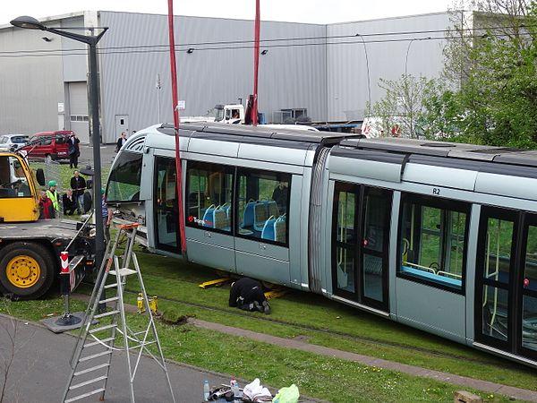Valenciennes & Anzin - Déraillement de la rame de tramway n° 17 à la sortie du dépôt de Saint-Waast le 11 avril 2014 (037).JPG
