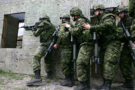 Canadian soldiers of the Royal 22 Regiment VanDoos Urban Warfare training.JPG