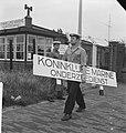Verhuizing onderzeebootdienst uit Rotterdam. Matroos met bord, Bestanddeelnr 912-9360.jpg