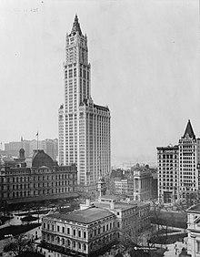 Il Woolworth Building progettato da Cass Gilbert nel 1910 e completato nel 1913, in basso si nota il corpo centrale dell'edificio che è stato il più alto del Mondo fino al 1930