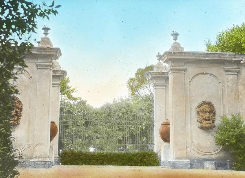 Villa Medici- into Pincian garden (5168269086).jpg