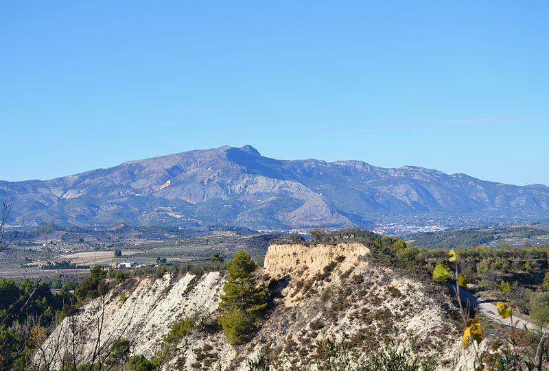 Archivo: Vista cap al Montcabrer i Cocentaina des de Benasau.JPG