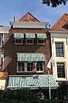 foto van Huis met moderne aangepaste lijstgevel, aan de hoeken ingezwenkt, toegepast voor oudere kern