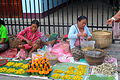 Vrouwen op de ochtendmarkt in Luang Prabang, -22 oktober 2011 a.jpg