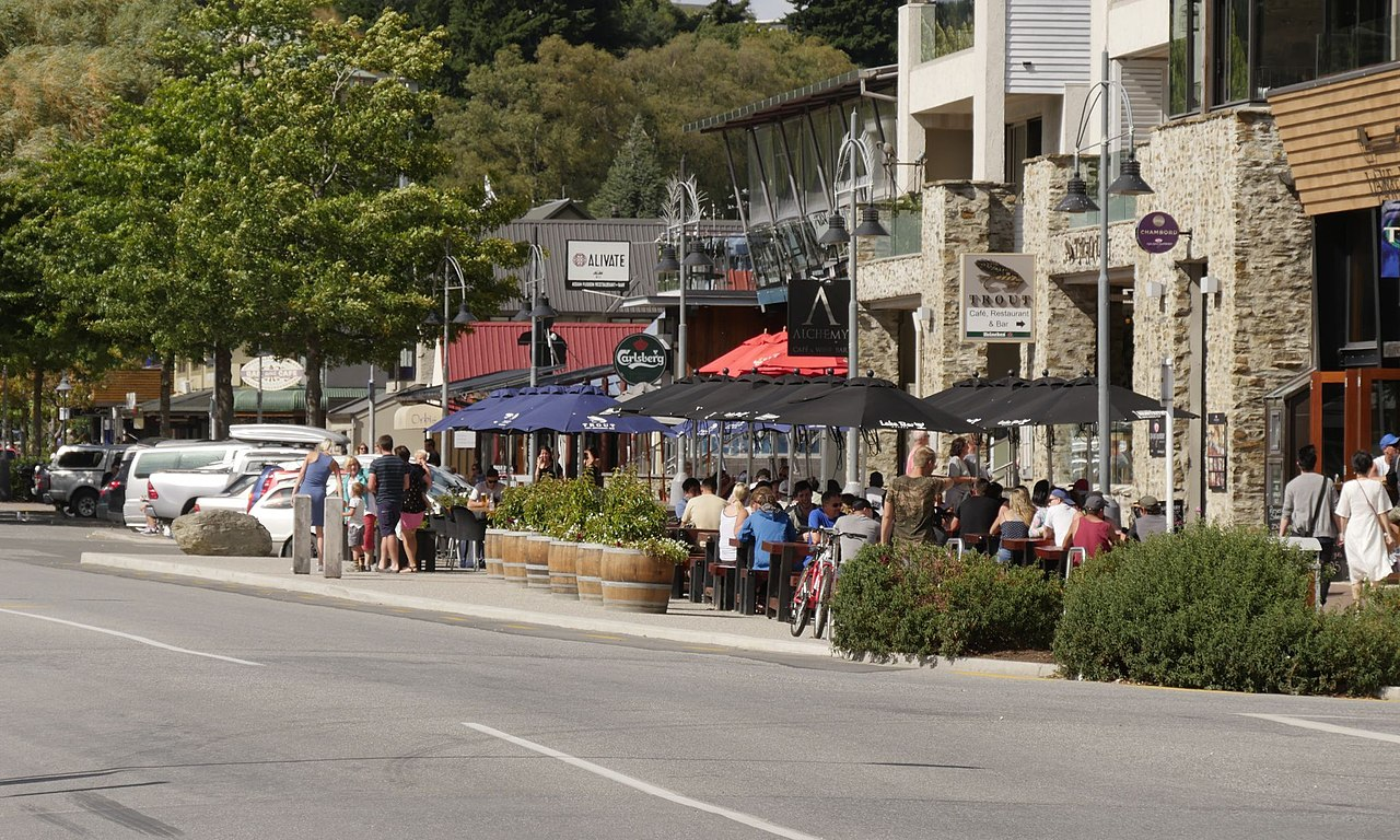 File Wanaka Ardmore Street Restaurants Jpg Wikimedia Commons