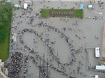Warteschlange vor dem Eiffelturm.JPG