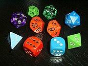 Dados en forma de poliedro regular (de 4, 6, 8, 12 y 20 caras) y el dado típico de 10 caras.