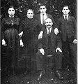 Xosé Manuel Cabada Vázquez entre os seus pais e os seus irmáns.jpg