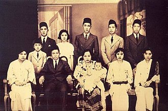 Yusof Ishak - Yusof (last row, third from left) and his family in 1933.