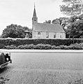 Zaalkerk met klokkentorentje en ter linkerzijde een dubbele klokkenstoel met schilddak - Oosterwolde - 20175296 - RCE.jpg