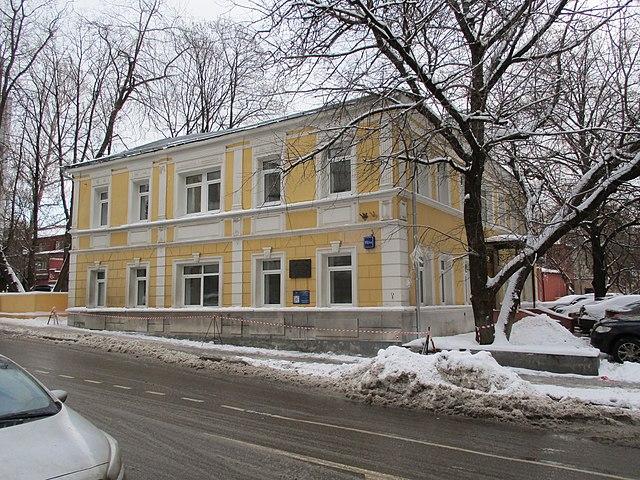Дом, в котором жил Маяковский, по адресу пер. Маяковского, 15 дробь 13