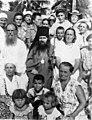 Епископ Иоанн (Максимович) с паствой в Филиппинах.jpg