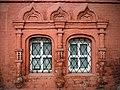 Сторожка, фрагмент фасада с окнами.jpg
