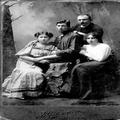 אהרן ודוד זוכוביצקי ואחותם ואשתו של אהרן (משמאל) מינסק 1908-PHZPR-1253421.png