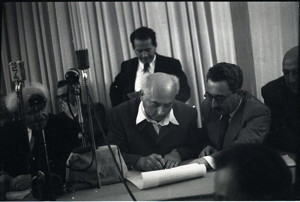 אהרן ציזלינג חותם על מגילת העצמאות 1948