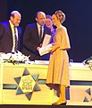 רחלי מושקוביץ בעת קבלת פרס שר החינוך לתרבות יהודית בתחום התאטרון.jpg